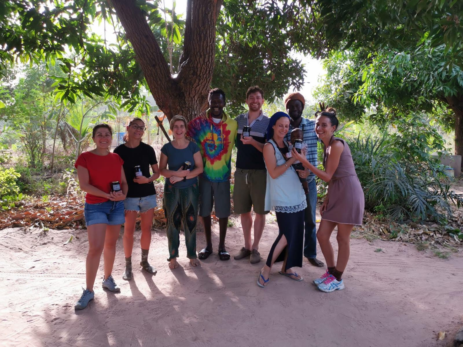 ragazzi in Senegal con barattoli di marmellata in mano